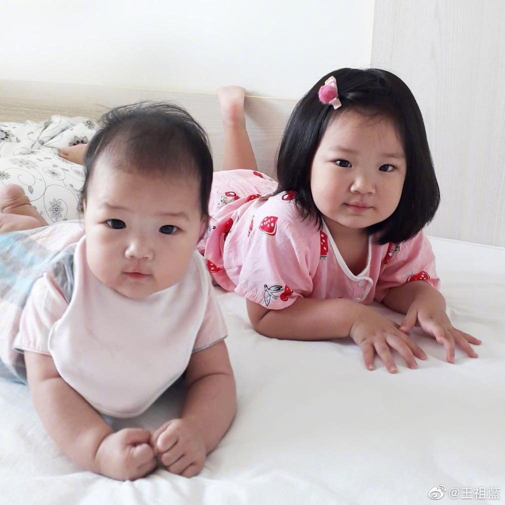 王祖藍曬倆女兒同框照問像誰,妹妹和姐姐一模一樣,雙胞胎既視感