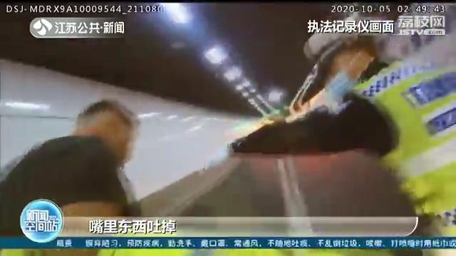 男子醉驾将车停在快车道 自己还睡着了 抽血都没有被扎醒…