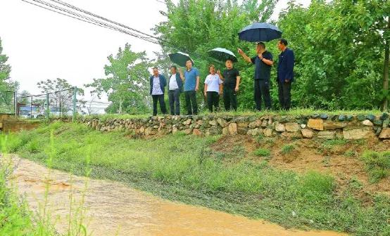 夏县:书记冒雨巡河,确保百姓安全