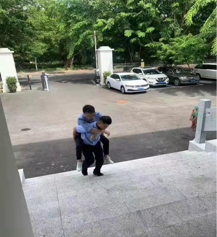 男子行动不便办证难警员背着把证办