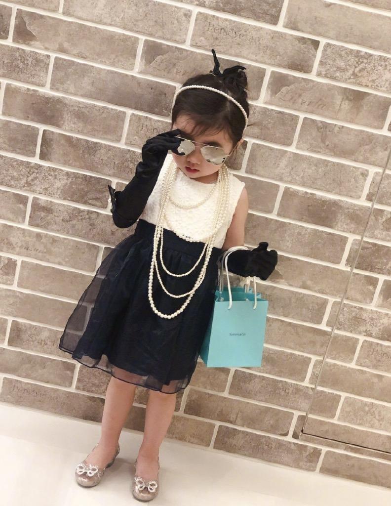 賀軍翔跪在地上為女兒拍照,美寶穿喇叭褲好時尚,鏡頭感十足