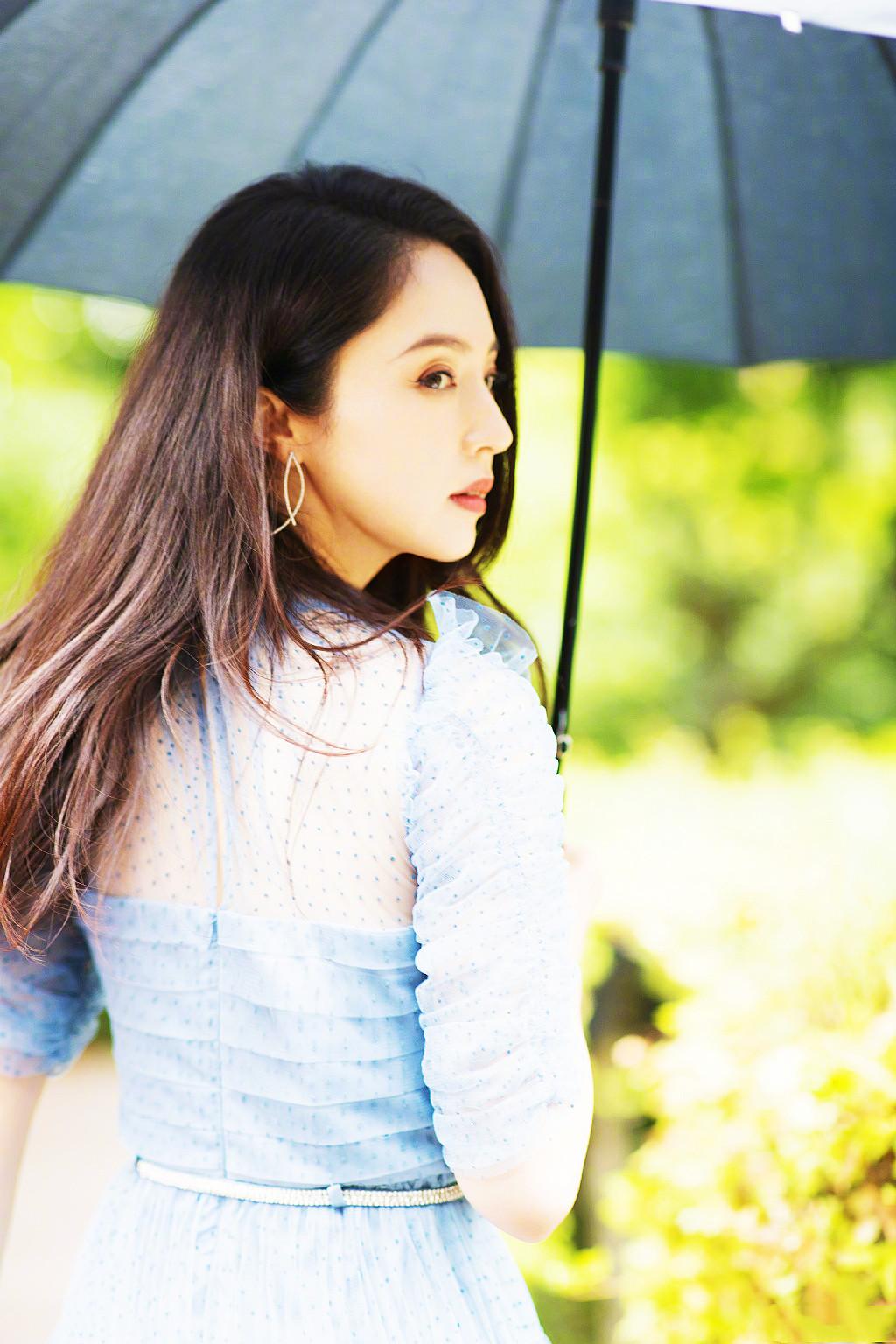 董璇撑伞氛围感大片,一身蓝色连衣裙温柔优雅,41岁身材状态真好
