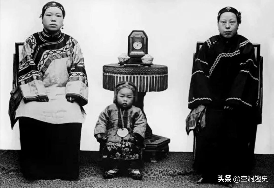 陕西老照片:西安钟楼气势宏伟,传教士用刀叉享用中国菜肴