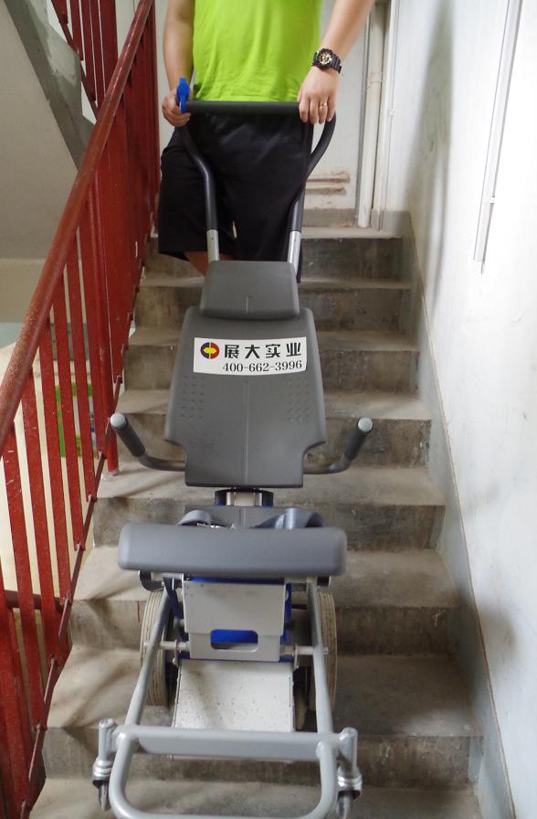「养老神器」有个这个爬楼机,腿脚不方便的老年人也可以下楼了