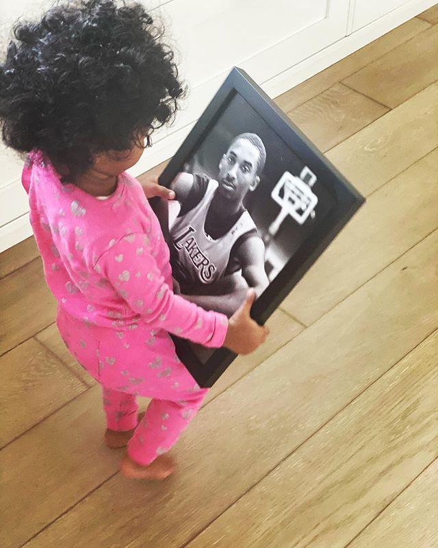 【影片】瞬間鼻酸!Kobe小女兒抱著照片連續叫爸爸令人淚目,曼巴離開時她才7個月!