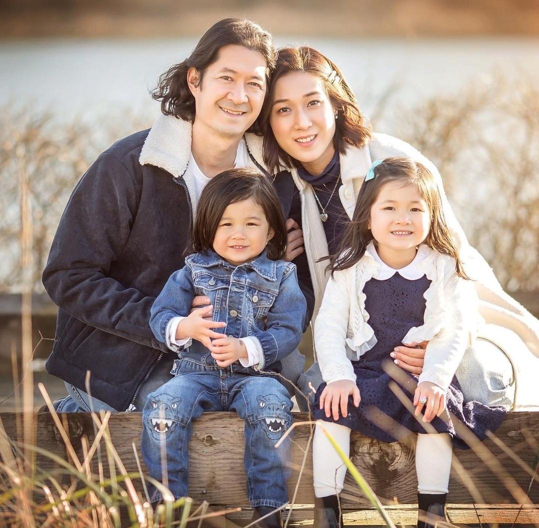 钟嘉欣晒照过父亲节,年长13岁的丈夫笑容和蔼,父子女同框像祖孙