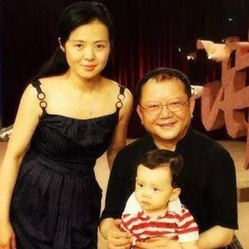 三婚2子的王刚,与二婚妻子离婚,转身娶小20岁郑艳东,获女儿力挺