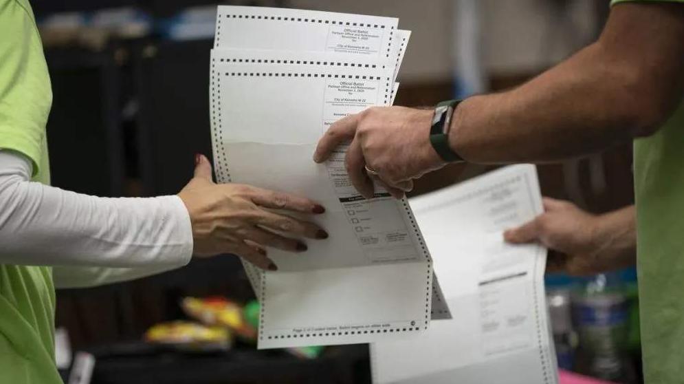 确诊新冠后坚持工作,美媒:美国选举监督员选举日后死亡