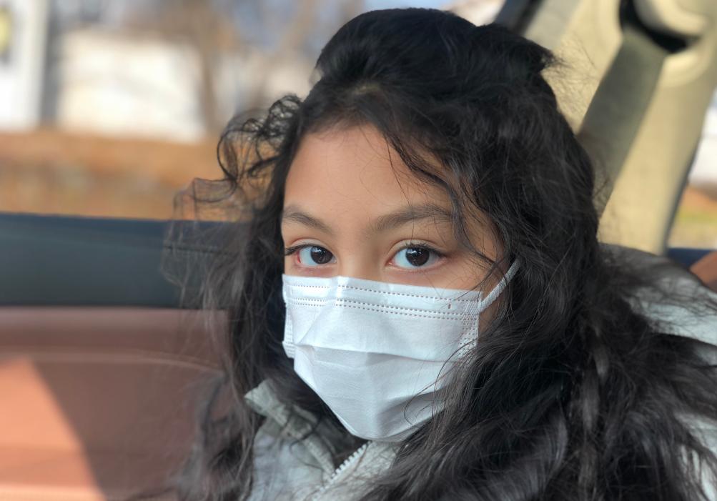 劉燁妻子曬女兒九歲生日照,雙眼有神皮膚黑,一對兔牙搶鏡