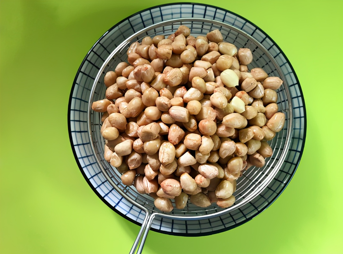 炸花生米时,别直接热油炸,教你3个技巧,越嚼越香,放凉不返潮 美食做法 第8张