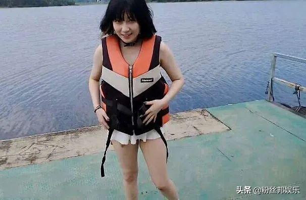 """女主播直播水上户外,因身材太有""""实力"""",需穿上救生衣遮掩"""