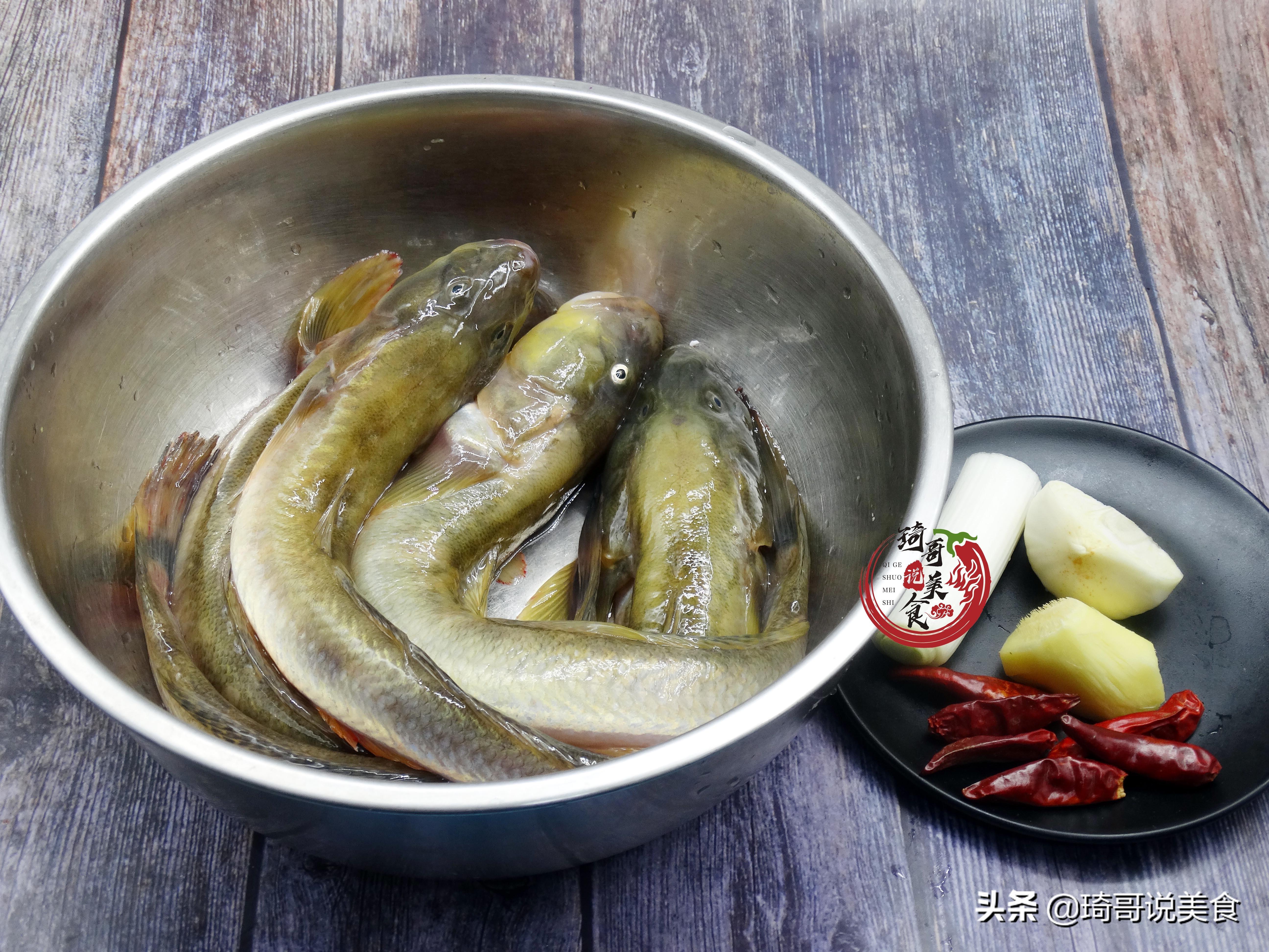 炖鱼时,去腥用酒和醋是不对的!大厨教我1招,鱼肉鲜香没腥味 美食做法 第4张