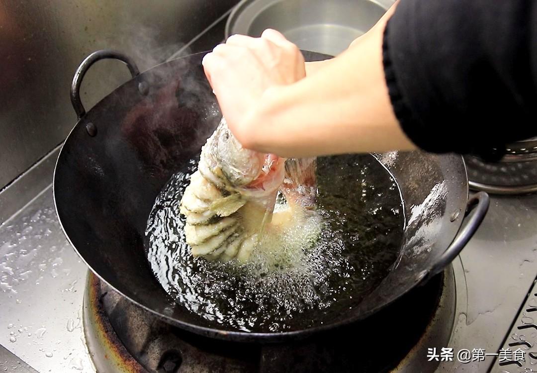 【浇烧鲈鱼】做法步骤图 一炸一浇汁 外酥里嫩