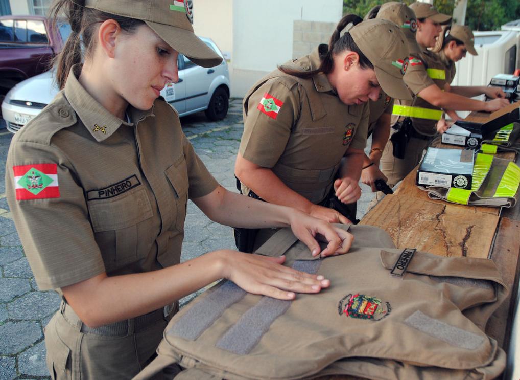8个国家的女警,颜值和身材很棒,哪个国家的更符合你的审美观?