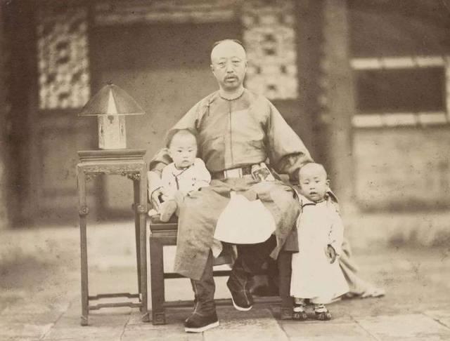他是清朝最特殊的王爷,父亲哥哥儿子孙子都是皇帝,就他不是
