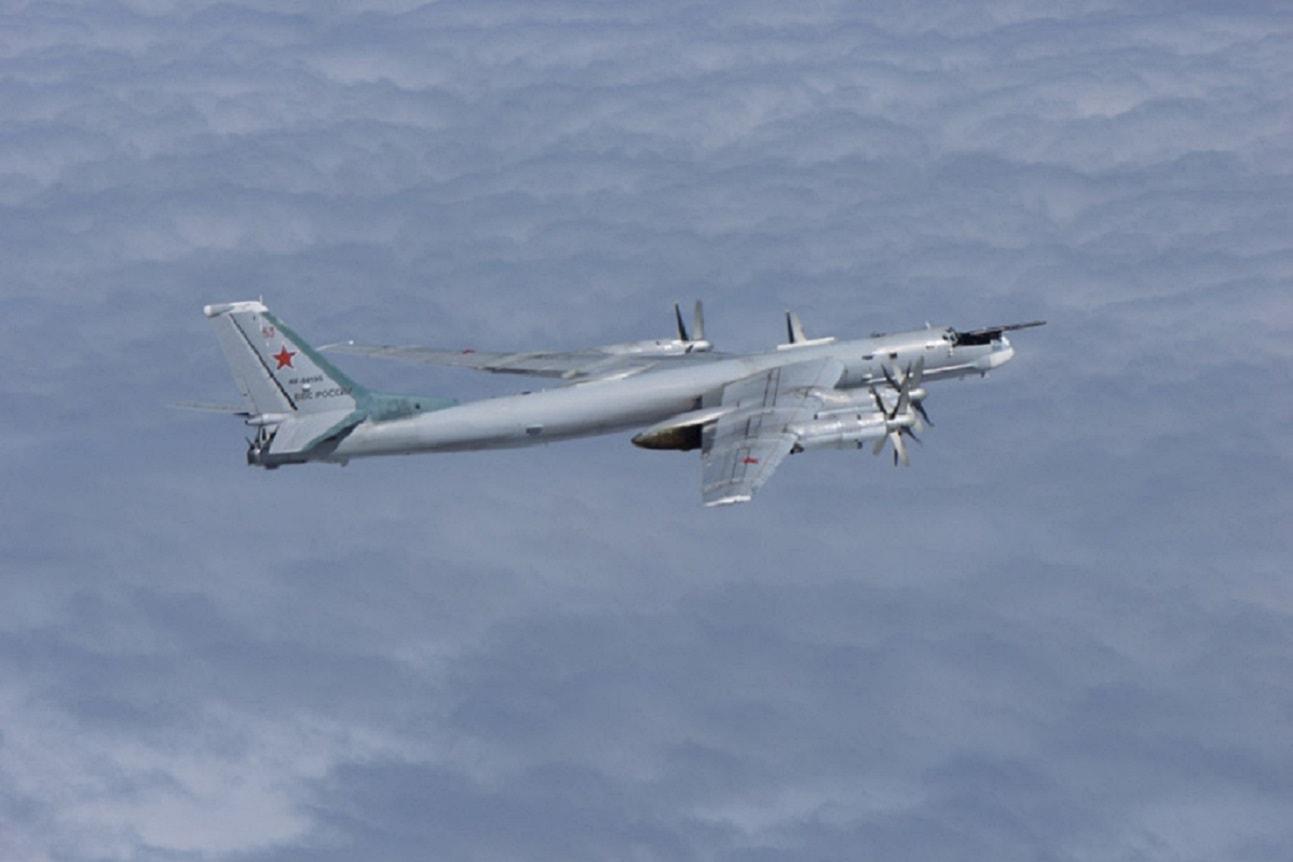 一年两次!中俄轰炸机6机编队战巡,苏35扮演带刀护卫