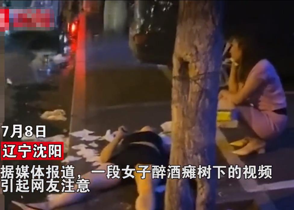 7月8日,在辽宁沈阳街头发生了这样的一幕——一位黑衣女子烂醉如泥瘫倒在大街上。同行的另一位女子蹲在一旁打着电话,看起来情绪很是激动。  辽宁一女子烂醉如泥瘫倒路边,闺蜜求助其老公却遭拒:不去!和谁喝的