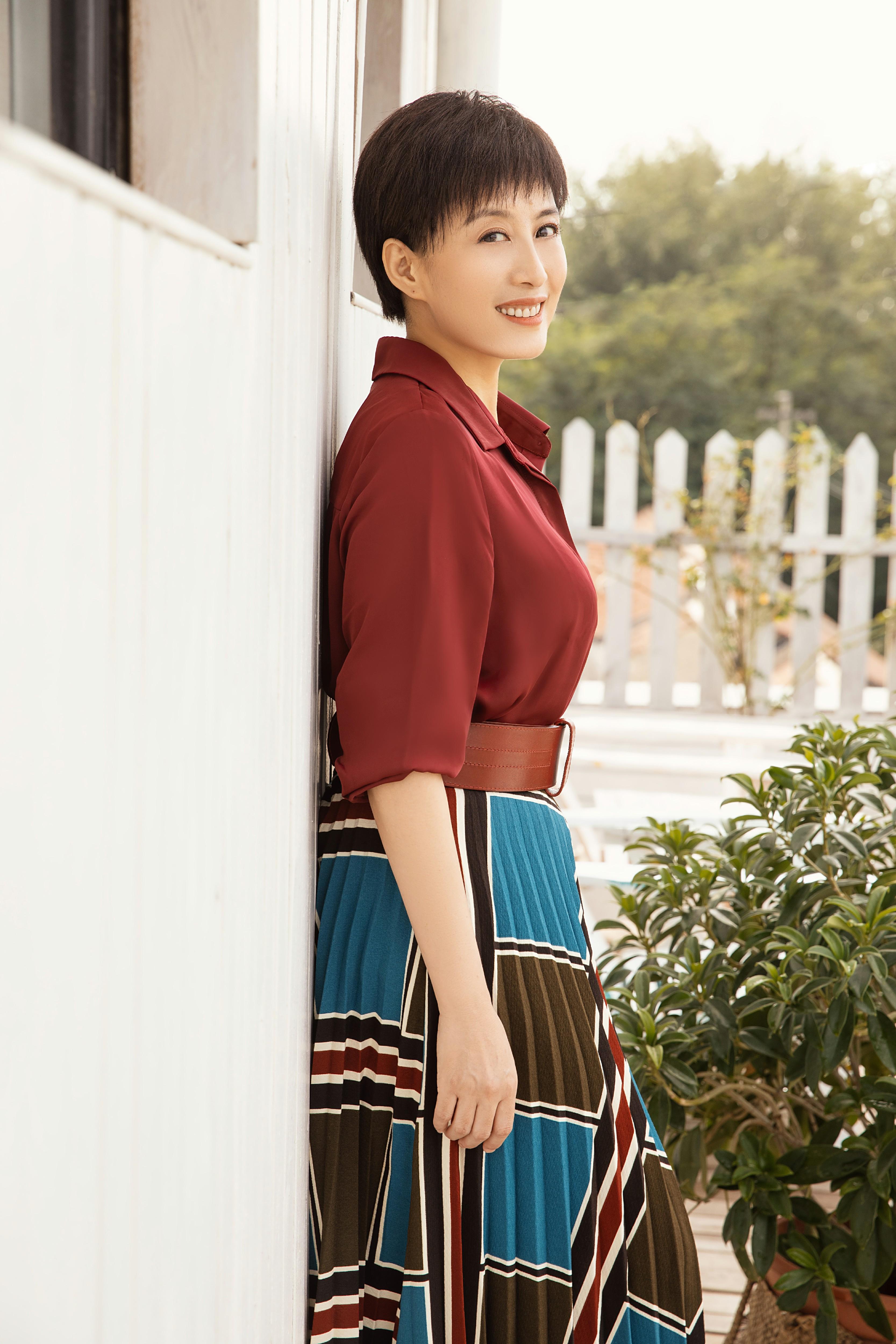 赵倩最新时尚大片出炉 风格文艺知性笑容璀璨如初