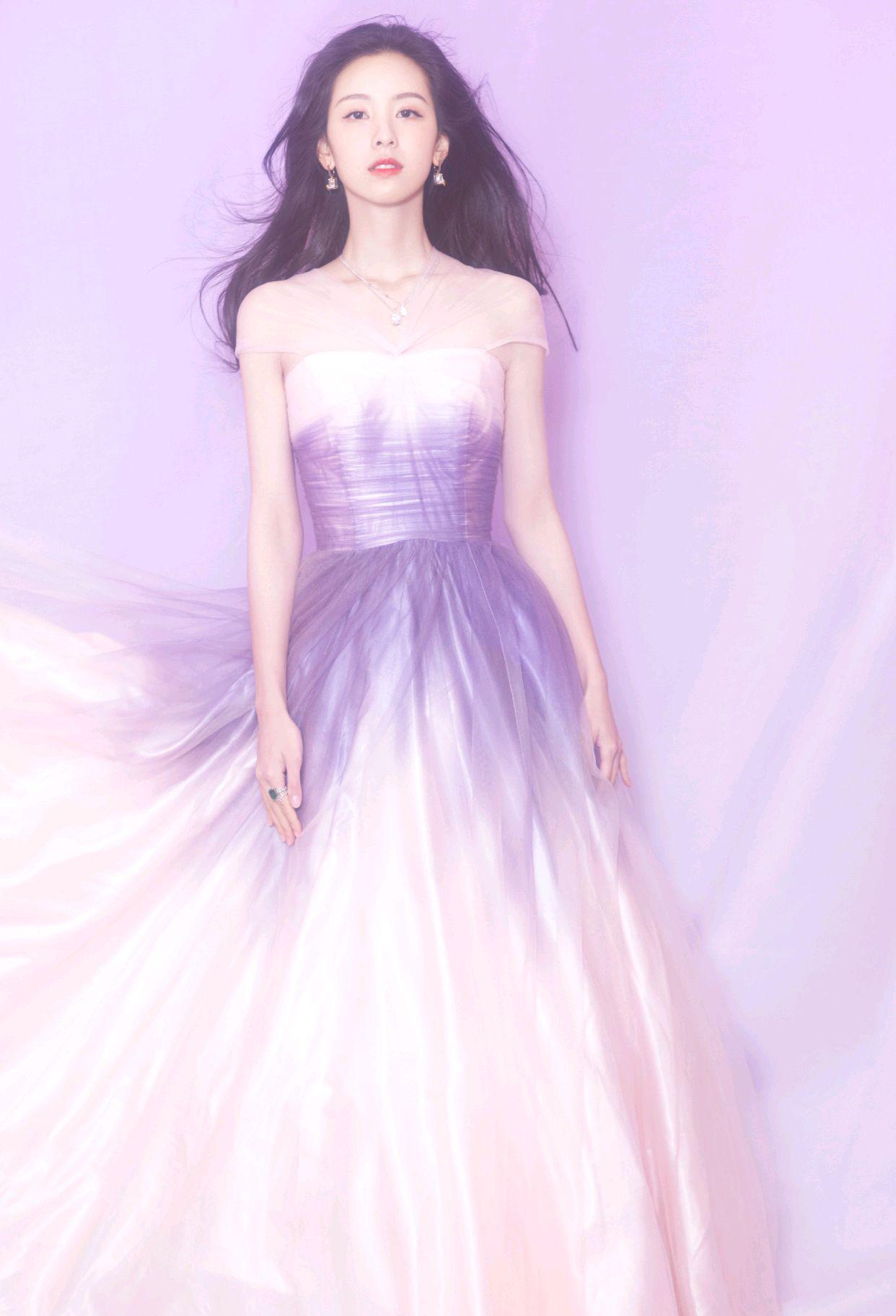 陈都灵的眼光真好,身穿渐变色连衣裙精致又高级,美得像个小仙女
