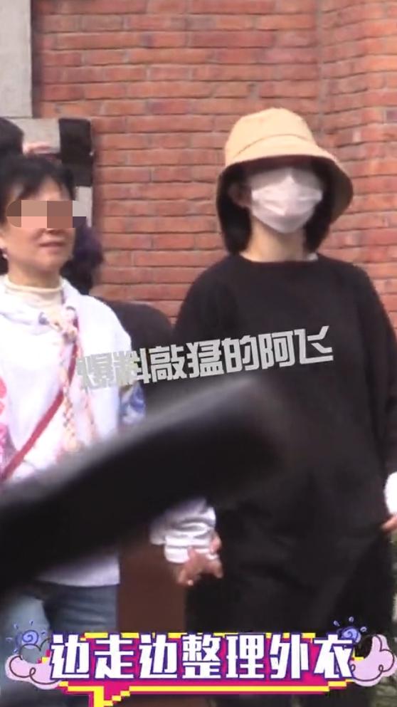 39岁谢娜在上海安胎被拍,孕期双腿浮肿,超大孕肚疑再怀双胞胎