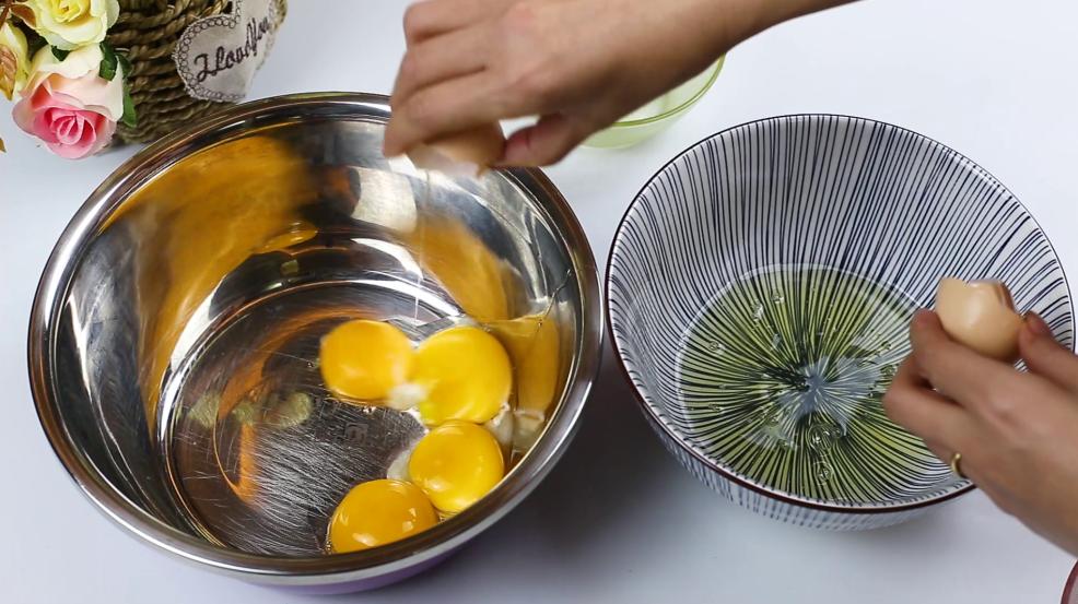 蛋糕在家就能轻松做,不加任何添加剂,五个鸡蛋就搞定,香甜软糯 美食做法 第2张