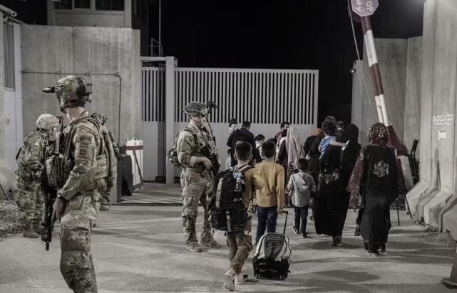 「還有爆炸襲擊!」喀布爾機場亂成一團,拜登發出緊急警告