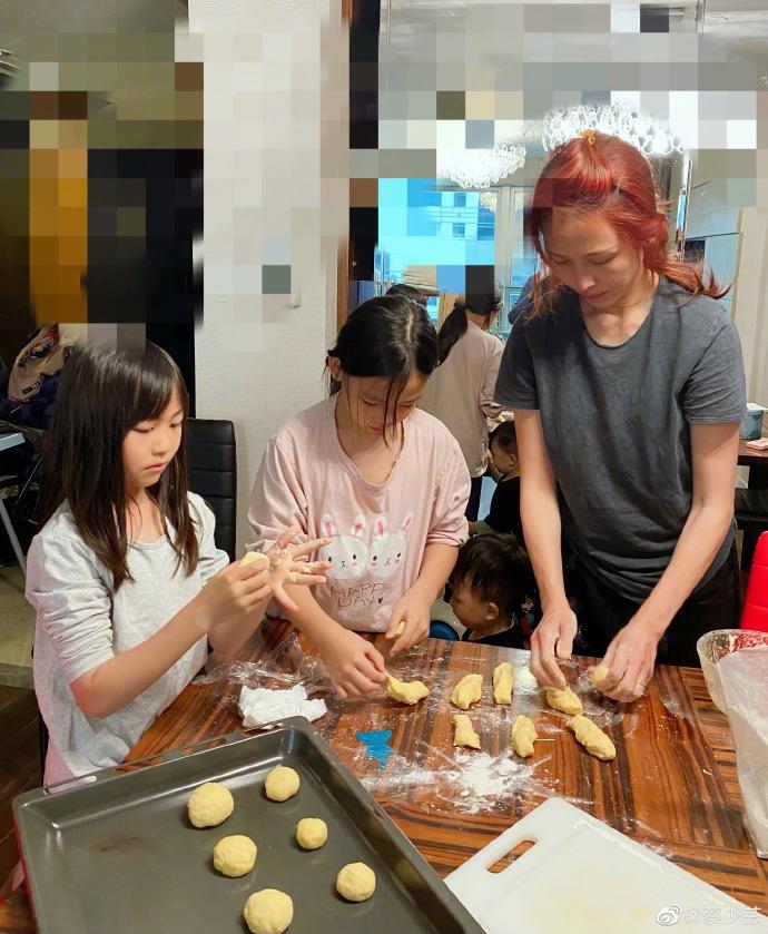 蔡少芬和倆女兒做麵包有模有樣,小兒子在旁探頭探腦圍觀呆萌可愛