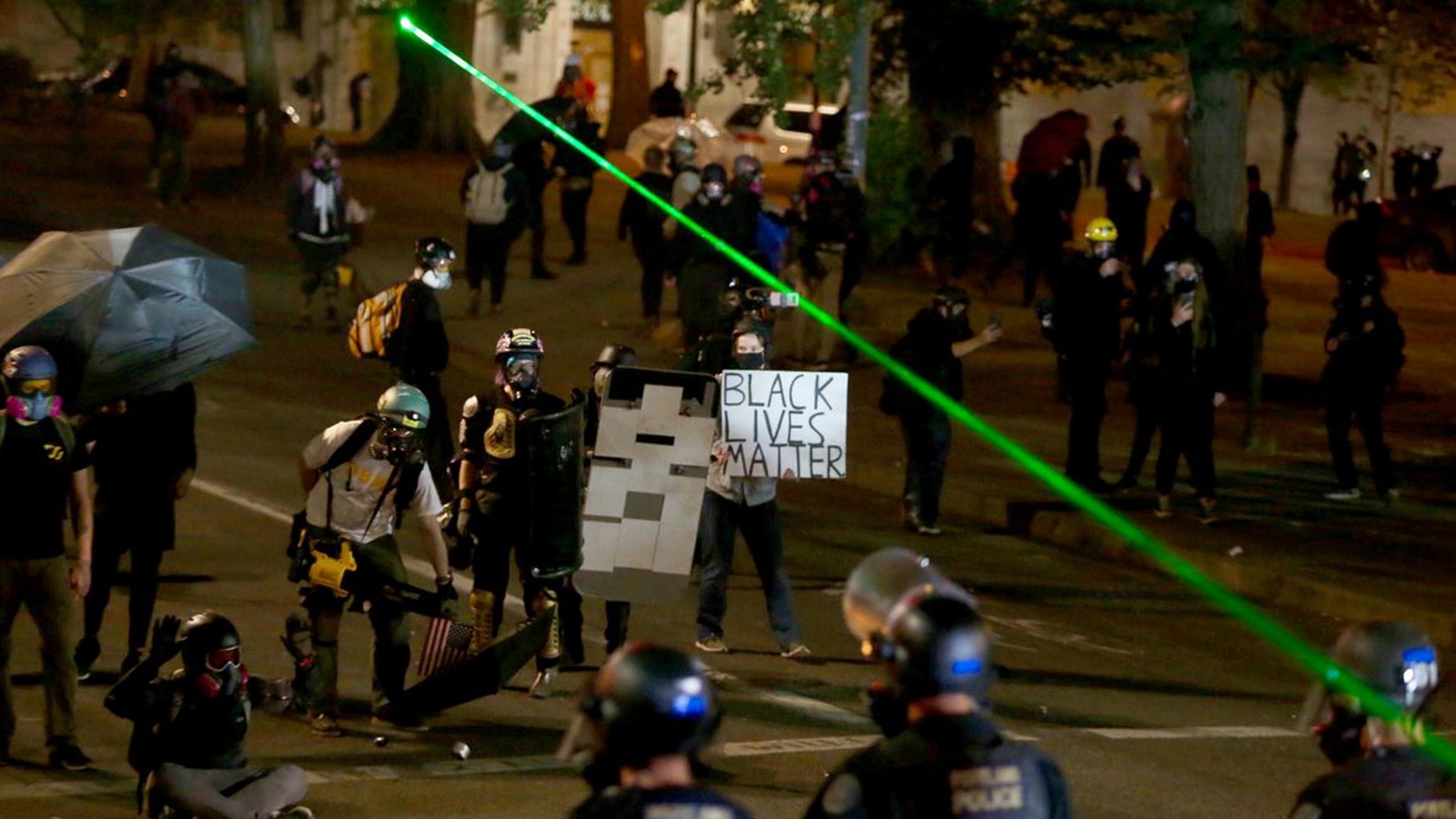 """波特兰市警察局成攻击目标!""""起义军""""和白人民兵一起疯狂发动攻击"""