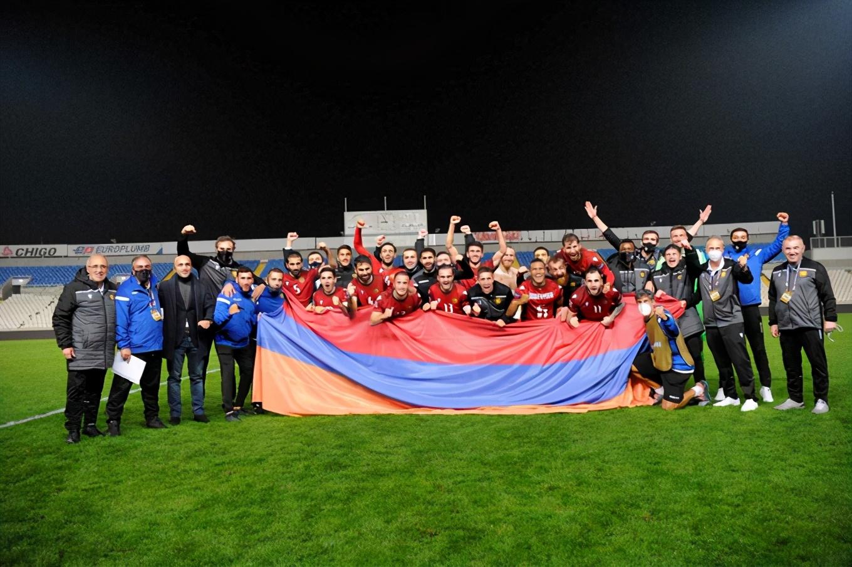 1-0!300万人口小国爆大冷!逆袭欧洲杯新军,全队狂欢庆祝
