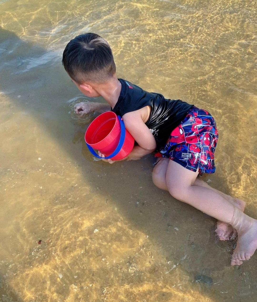 胡杏儿内地拍戏,丈夫既当爹又当妈带儿子捡贝壳,奕霆呛水萌态足