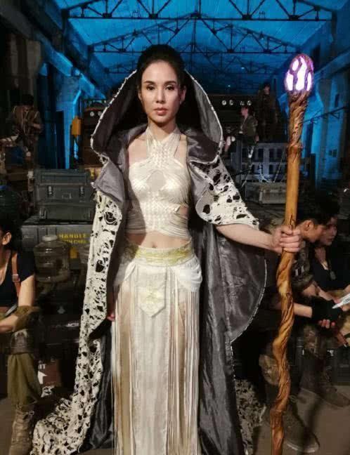 李若彤身材干瘪像老太婆,还穿白衬衫装30岁阿姨,不觉得假吗?