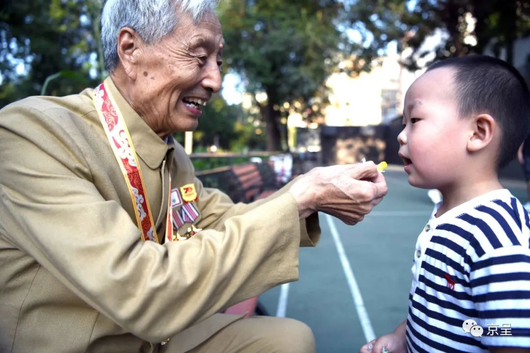 他四次参加国庆大典,勋章无数,却忘不了朝鲜战场上的一袋水果糖