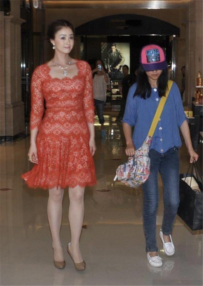 珠圆玉润的蒋欣,穿橘红色蕾丝裙配裸色高跟鞋亮相,优雅奢华