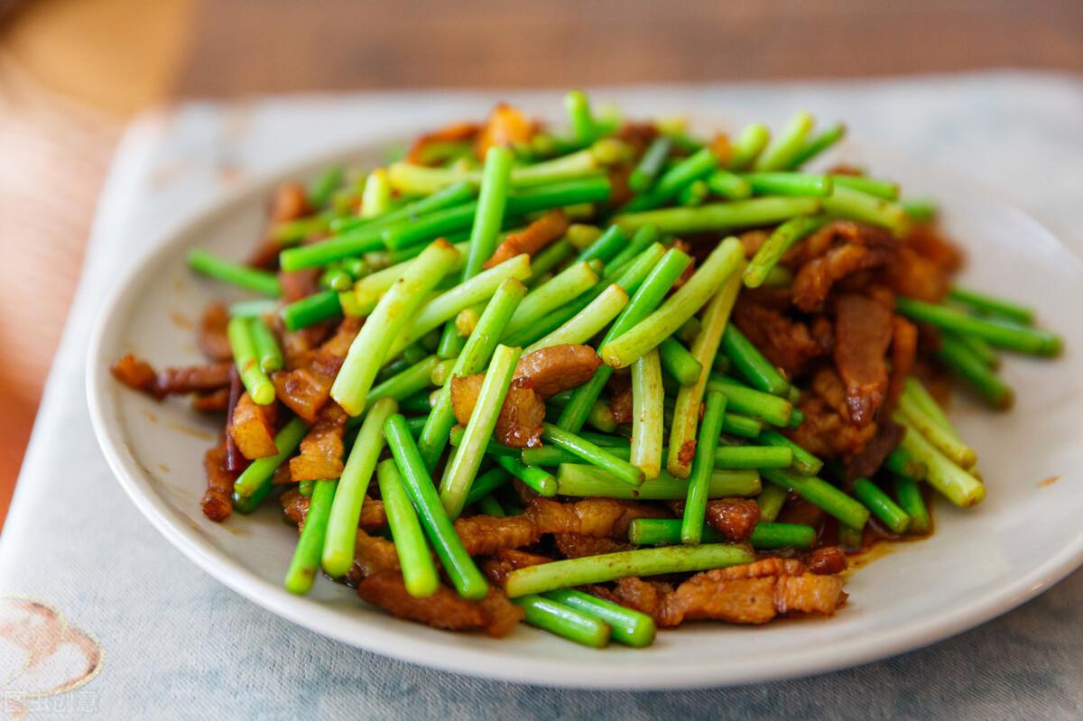 炒蒜苔时,有人焯水有人直接炒,都不对,教你一招,蒜苔又脆又绿 美食做法 第6张