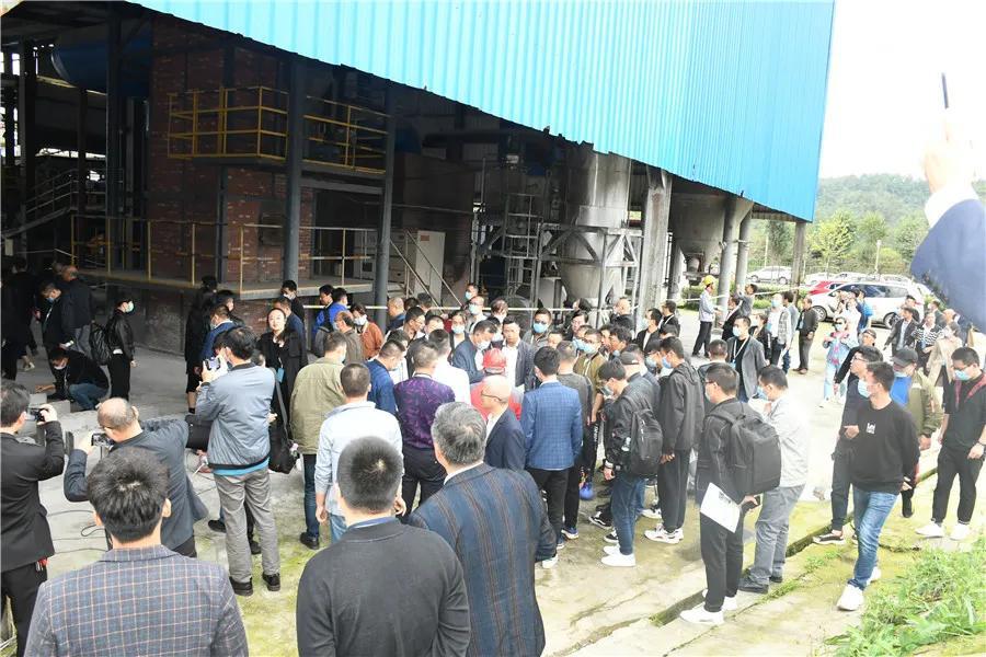 参观优质石膏工厂并现场观摩机械化施工演示