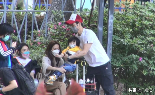 陳凱琳曬鄭嘉穎餵大兒子吃雪糕的溫馨瞬間一家人享甜蜜的家庭時光