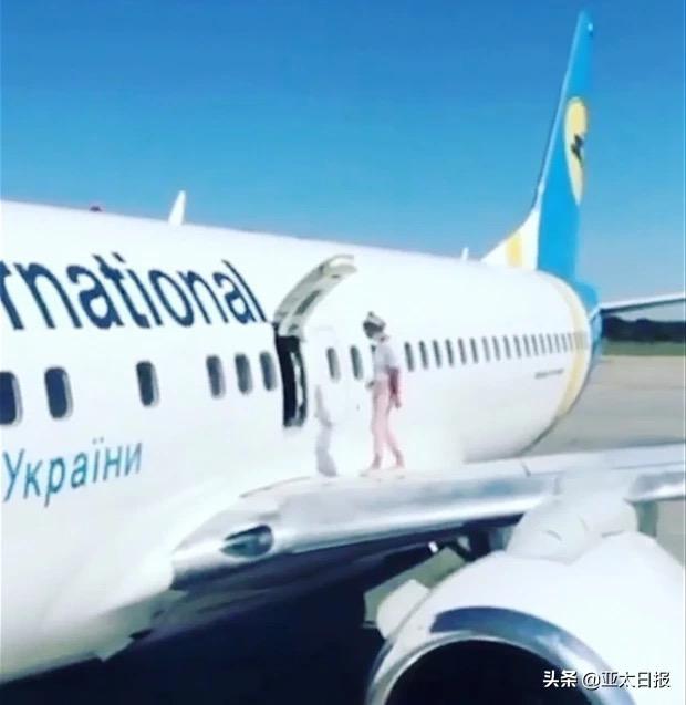 """乌克兰女子乘飞机打开紧急出口跑机翼上溜达,只因机舱""""太热"""""""