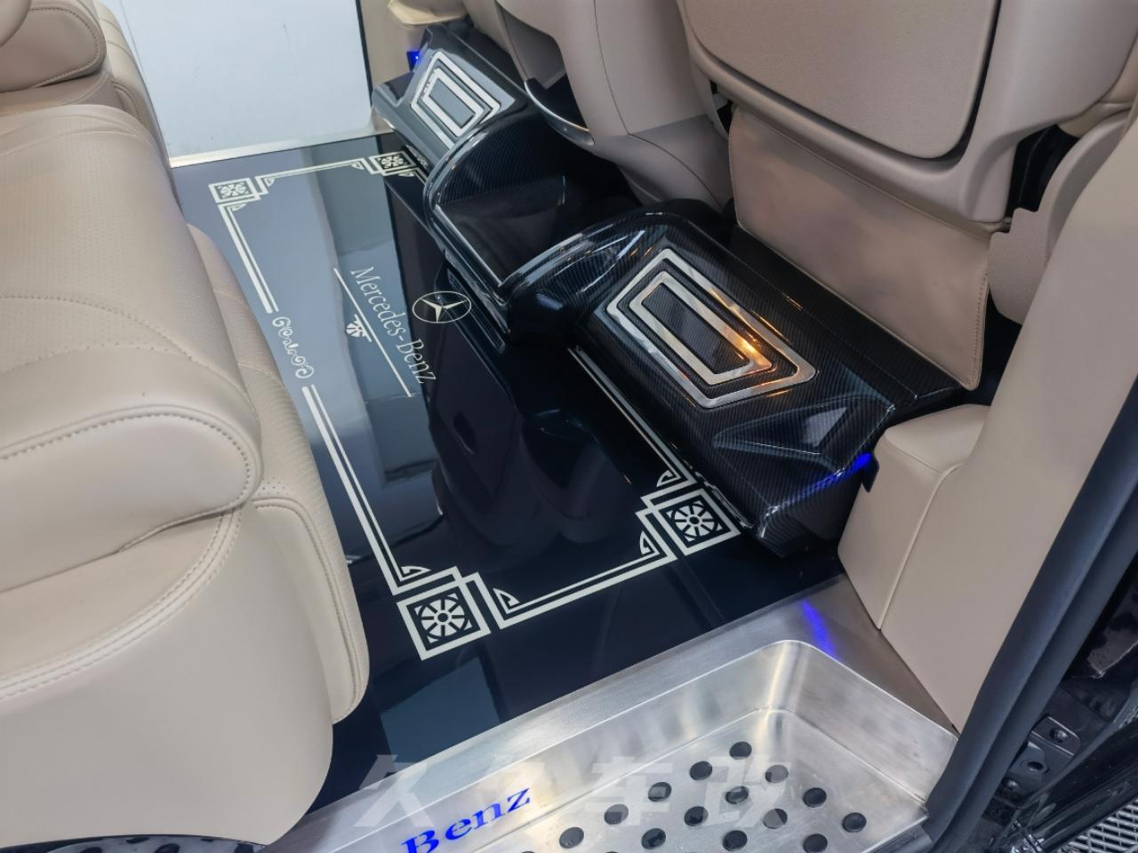 这台奔驰V260改装最大的亮点就在车顶!